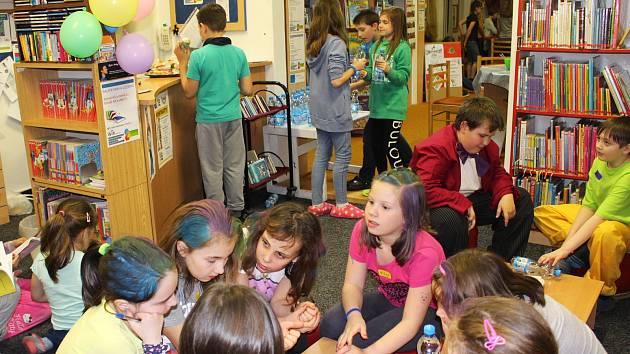 Během školního roku se koná v knihovně řada akcí, například se děti pravidelně zúčastňují Noci s Andersenem (na snímku).