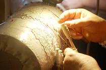 Paličkování se tvoří s láskou, říká krajkářka. Detailní ukázka paličkování.