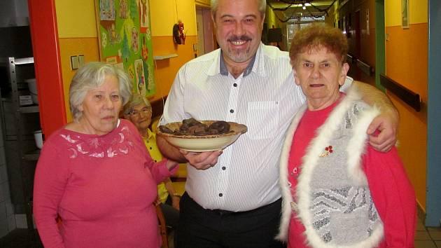 ŘEDITEL Jiří Hrubý rozdává klientům Sociálních služeb cukroví. Všichni dostanou i kosmetický balíček.
