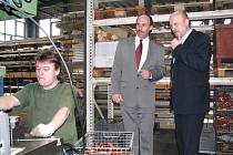 HEJTMAN NA CESTÁCH. Při své cestě krajem zavítal včera hejtman Josef Novotný (vpravo) mimo jiné do kynšperské firmy GPH. Výrobním závodem ho provedl jednatel společnosti Jiří Loník (uprostřed).