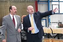 HEJTMAN NA CESTÁCH. Při své cestě krajem zavítal včera hejtman Josef Novotný mimo jiné do kynšperské firmy GPH.