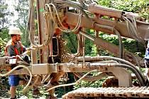 DO OPRAV nestabilních svahů se pustili stavaři na úseku z Boučí do Oloví.