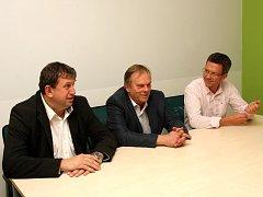 Straničtí kolegové doporučili Zdeňku Berkovi (uprostřed), aby vykonával funkci starosty i senátora.