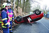 Nehoda v Boučí. Řidička skončila s autem na střeše