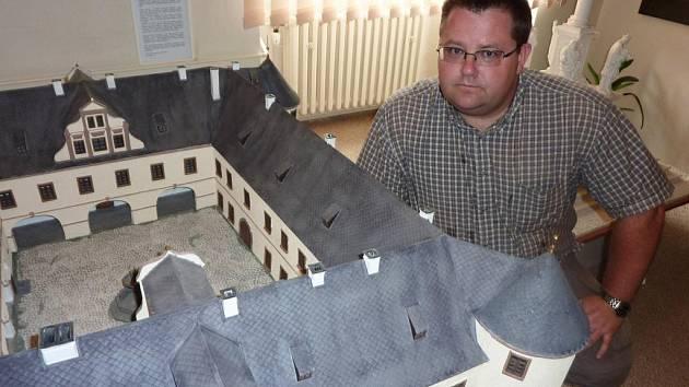 U modelu sokolovského zámku se nechal vyfotit Michael Rund.