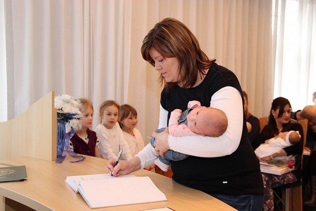 PŘESTOŽE POČET obyvatel Chodova klesá, město pravidelně vítá do života nové občánky. Naposledy tomu bylo v pátek v obřadní síni, kam na pozvání radnice dorazily téměř dvě desítky novorozenců s rodiči.