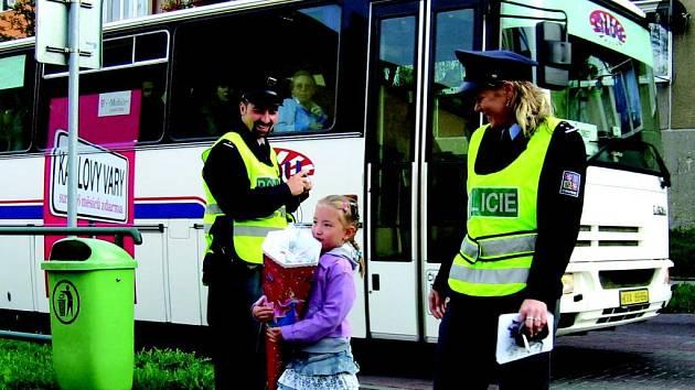 Školáci včera po prázdninách poprvé nastoupili do školy. U přechodů je navíc hlídali policistů. Před začátkem školního roku jsme v průzkumu zjišťovali, kolik školákům stačí peněz jako pravidelné kapesné.