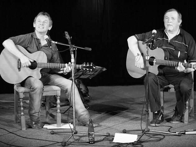 Loketský písničkář Vojta Kiďák Tomáško (vlevo) nazpíval společně s Ríšou Melicharem novou desku.