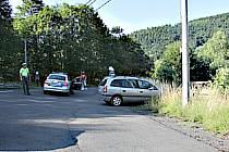 S kradeným autem naboural zloděj do zábradlí.
