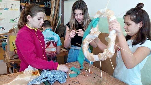Žáci ze ZŠ Křižíkova Sokolov vyrobili srdce dobrých skutků.