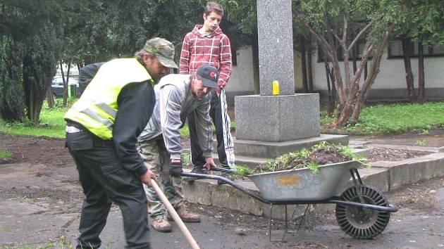 NÁMÁ PARTA. Dvojice pracovníků Václav Svoboda a Jan Baltiar (zleva) upravují okolí památníku v městském parku v Novém Sedle.