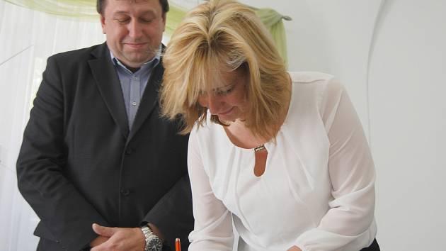 Renata Oulehlová při podpisu koaliční smlouvy
