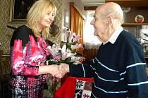 JUBILANTU Oldřichu Zikovi, který slaví jednadevadesáté narozeniny, přeje starostka Renata Oulehlová.