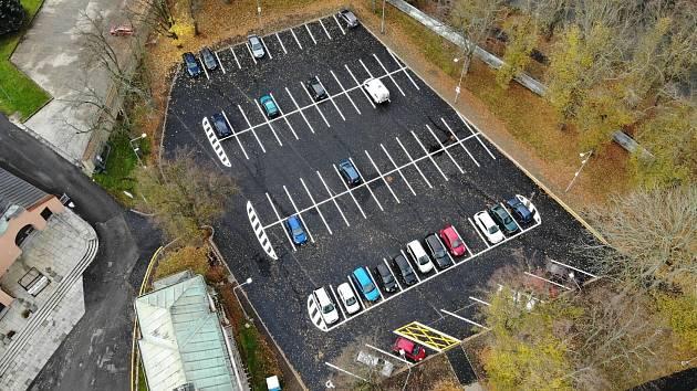 Opravené parkoviště opět slouží řidičům.