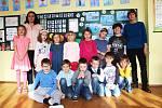 Žáci první třídy ZŠ a MŠ Krajková s třídní učitelkou Jitkou Kuželkovou a asistentkou Ivanou Krouzovou.