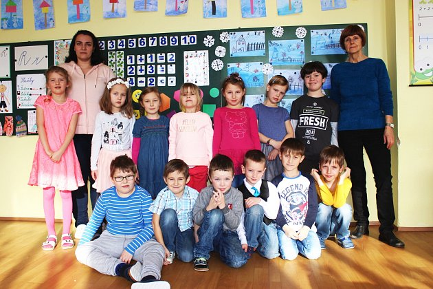 Žáci první třídy ZŠ a MŠ Krajková střídní učitelkou Jitkou Kuželkovou a asistentkou Ivanou Krouzovou.