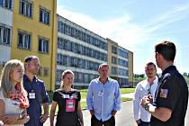 Zástupci chebské pobočky společnosti DHL při návštěvě kynšperské věznice.