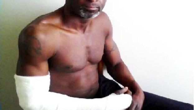 ADEKUNLE Francis Aleburu po policejním zásahu.