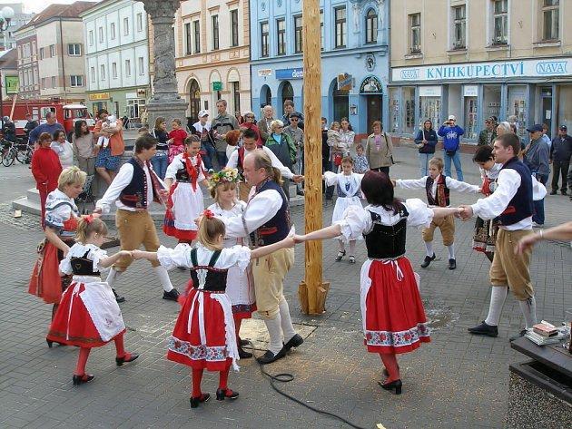 Slavnostní tanec Obcí baráčníků kolem letošní májky v Sokolově.