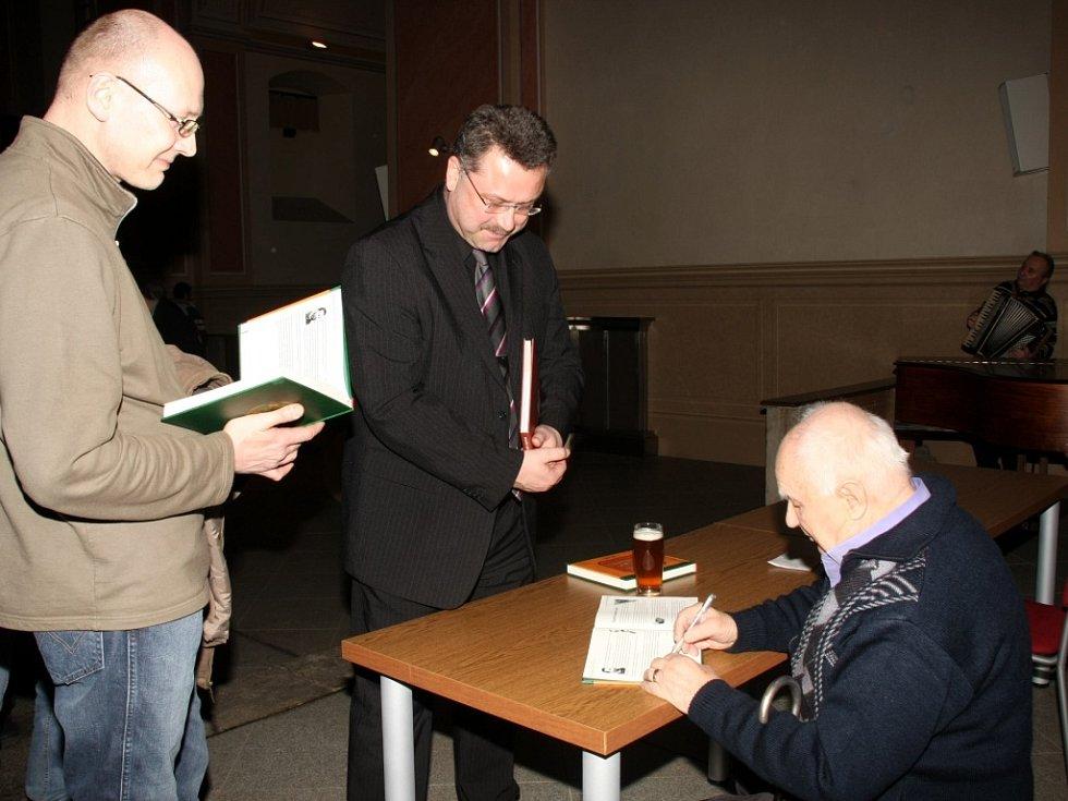 KŘEST. Minulý měsíc Jiří John pokřtil svoji knihu o zaniklých pivovarech. Na snímku je autor při slavnostní autogramiádě.