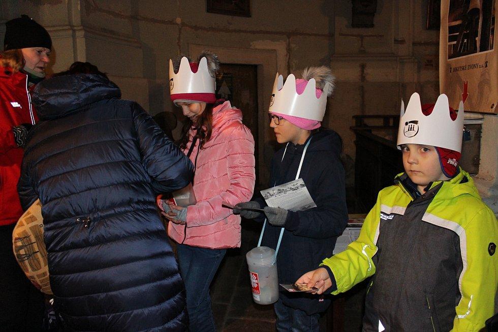 Čtyři tříkrálové skupinky vyrazily koledovat do ulic Lokte v neděli.