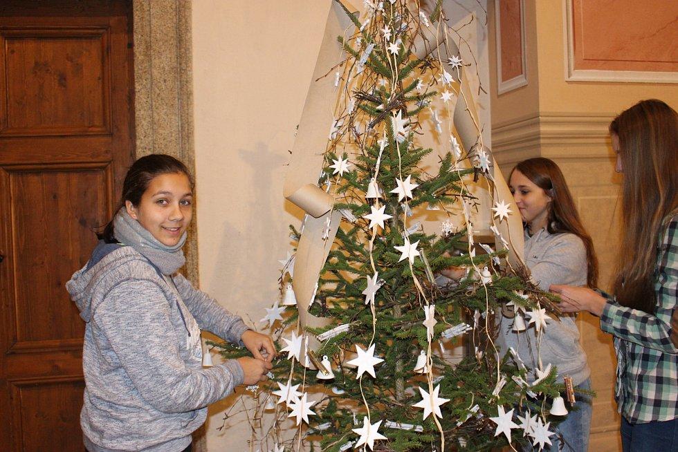 Až do konce prosince se můžete v klášterním kostele inspirovat vánočními stromky, které ozdobily sokolovské mateřinky, základní a střední školy, DDM, městská knihovna, ZUŠ či Sokolík.