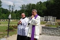 Mons. Josef Žák a farář Jiří Majkov (zprava).