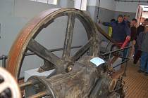HISTORICKÁ  jatka jsou terčem turistů. Jejich vlastník na snímku ukazuje, jak dříve fungovala strojovna jatek, kterou letos zrenovoval.