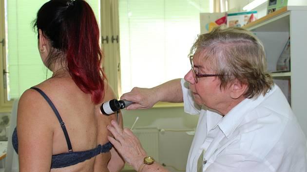 Primářka kožního oddělení sokolovské nemocnice Helena Němcová vyšetří během Dne melanomu až stovku zájemců.