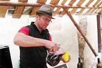 MOŽNÁ poslední letošní burčák nalévá zákazníkům Michal Heřman z vinařství v Hustopečích u Brna