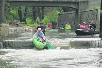 Řeka Ohře hlásí perfektní podmínky a vodáků jsou plné kempy