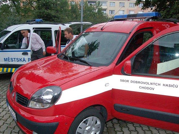 Nová osobní auta koupilo město Chodov svým strážníkům a hasičům.