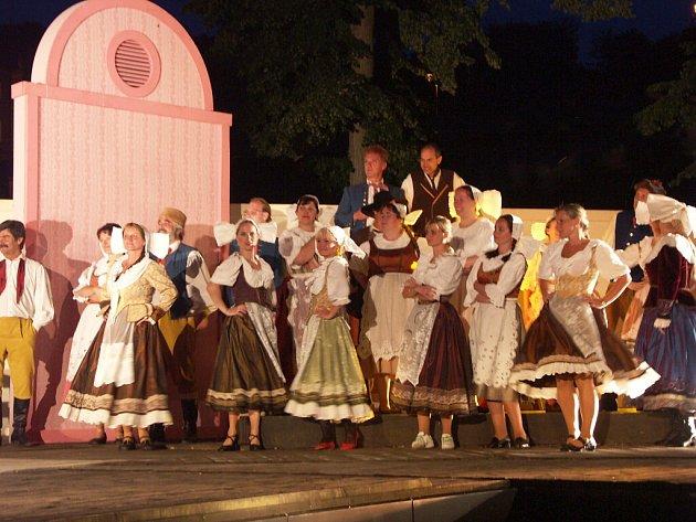 Představení Prodané nevěsty v Lokti.