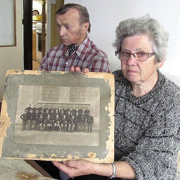 RODINNÝ ARCHIV. Marie Samcová ve svém táborském bytě přechovává rodinný poklad. Snímky z 1. světové války.