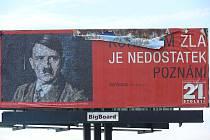 Před vjezdem do centra Tábora stojí billboard s Hitlerem.