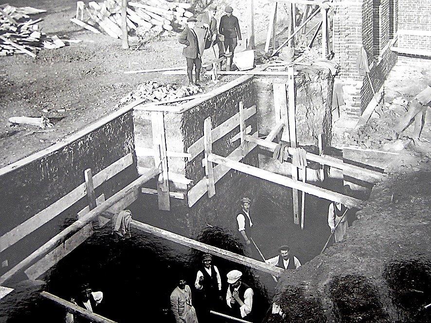 Dělníci při stavbě Masarykova domu ve Smetanově ulici (dnes za OD Dvořák) v roce 1924.