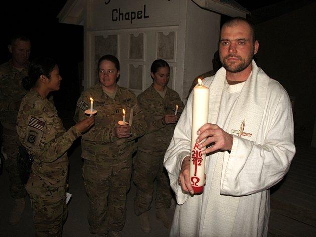 Kaplan Jan Böhm z Jistebnice s paškálem před kaplí svatého Michala na základně Shank v afghánském Lógaru.