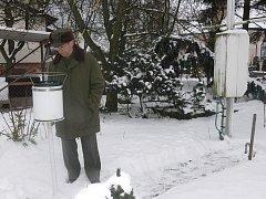 Leon Polívka z Tábora provozuje se svou manželkou Dagmar propůjčenou měřicí stanici.  Na snímku kontroluje srážkoměr,