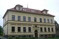 Svou podobu škola v Dolních Hořicích takřka nezměnila. V levé dolní části se dnes nachází knihovna, ze zbytku jsou byty.