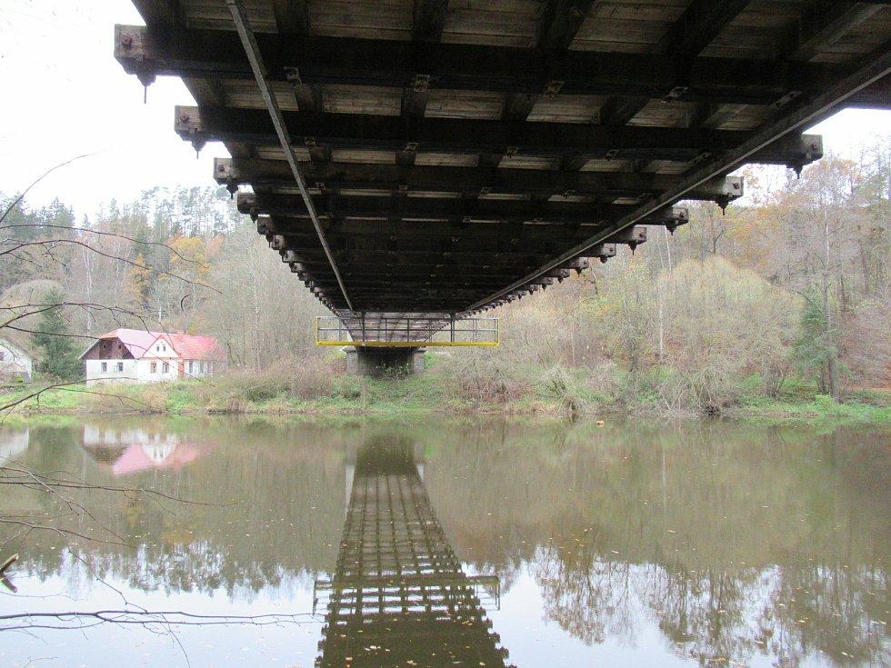 Oprava nejstaršího empírového mostu měla půlroční zpoždění, protože kraj nemohl nejdříve sehnat v tuzemsku dostatek dubového dřeva. Nyní ji zdržely hned tři další důvody.