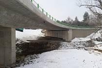 Po novém mostě se jezdí již měsíc, ale dokončovací práce skončí až v půlce března.