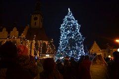 Žižkovo náměstí v Táboře bylo v pátek při příležitosti rozsvěcení vánočního stromu zcela zaplněné.