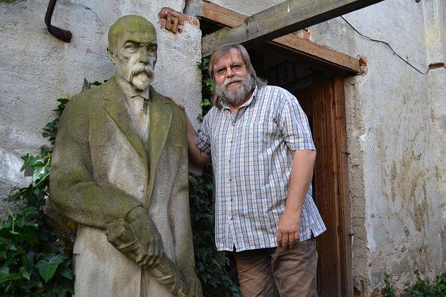 S MASARYKEM. Václav Šedivý s Duškovou sochou prezidenta Masaryka, která  stále stojí v jeho ateliéru u Černých mostů v Táboře. Autor knihy o sochařově díle se narodil v roce 1961 v Táboře, je ženatý, s manželkou mají syna a dceru a dva vnuky.