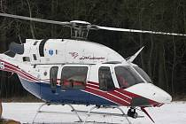 Pro mladou ženu přiletěl k nehodě vrtulník
