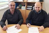 Martin Bárta s ředitelem klubu FC MAS Táborsko Josefem Holubem (zleva).