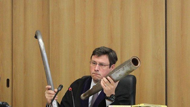 Soudce Petr Černý ukázal vražednou zbraň: výfuk k motorce.
