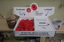 Vlčí mák je symbolem válečných veteránů už od konce první světové války. Červené květy v té době pokrývaly hroby padlých na zapadni frontě. Připnutím symbolického květu si lidé připomínají hrdinství vojáků a vzdávají jim úctu.