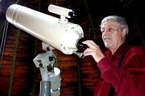 Hvězdář Břetislav Vonšovský se rád dívá na nebe nad Táborem zrcadlovým dalekohledem Meniscus Cassegrain.         Dají se jím pozorovat hvězdy do třinácté hvězdné magnitudy, přičemž pouhé oko za ideálních podmínek dohlédne jen do páté.