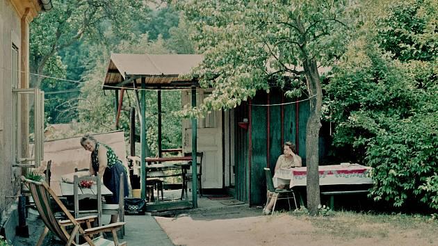 Zahradní chatka a letní chalupářská idyla u Lužnice naproti Mlýnu Veselých, v jehož zahradě trávila letní prázdniny i pozdější první česká profesionální novinářka, Olga Fastrová.