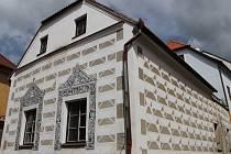 Č. P. 153 se nachází v Provaznické ulici. Patří k architektonickým  klenotům města.